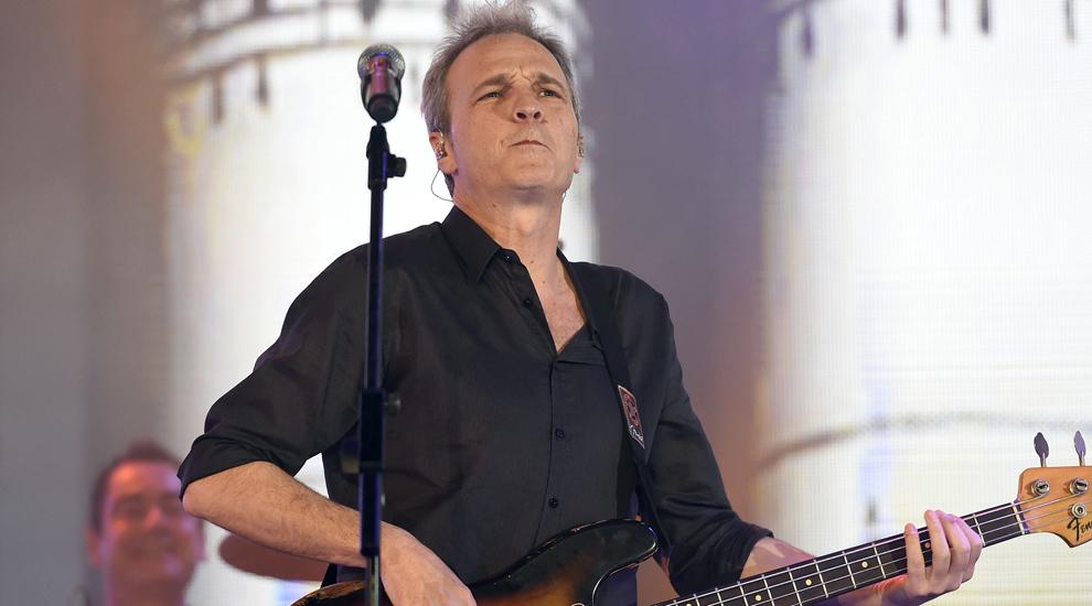 David Summers junto a los Hombres G tocando una de sus canciones sobre...