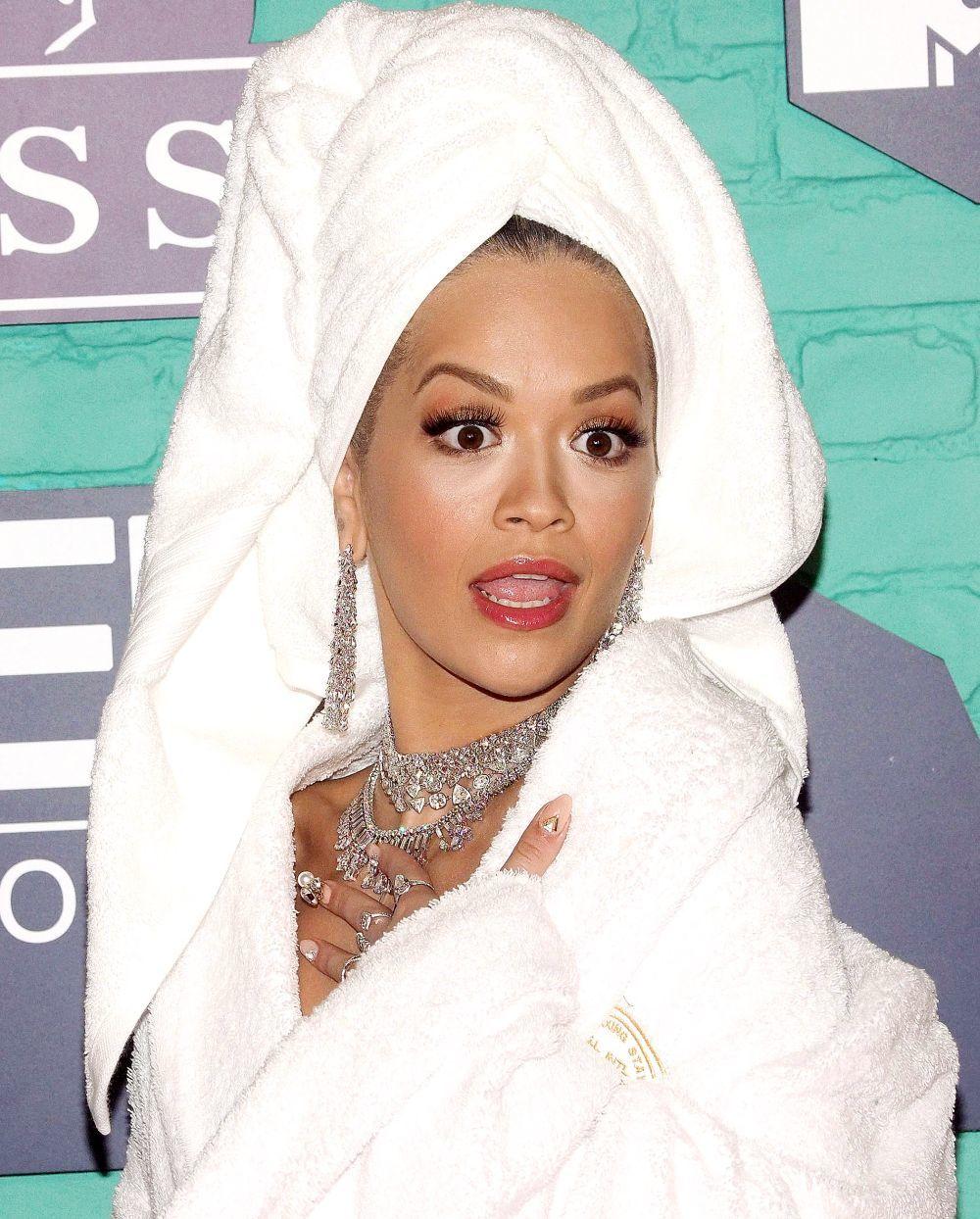 Rita Ora con toalla en la cabeza y diamantes de accesorios.