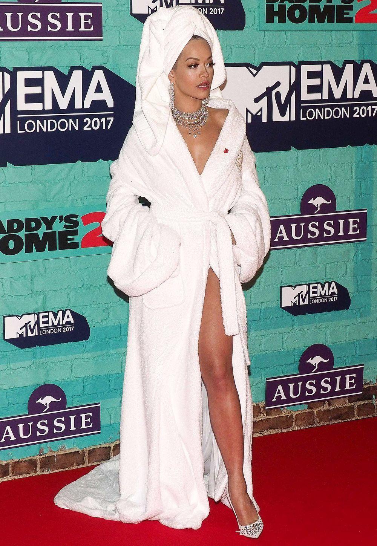 Rita Ora posa en albornoz en el photocall de los MTV Europe Music...