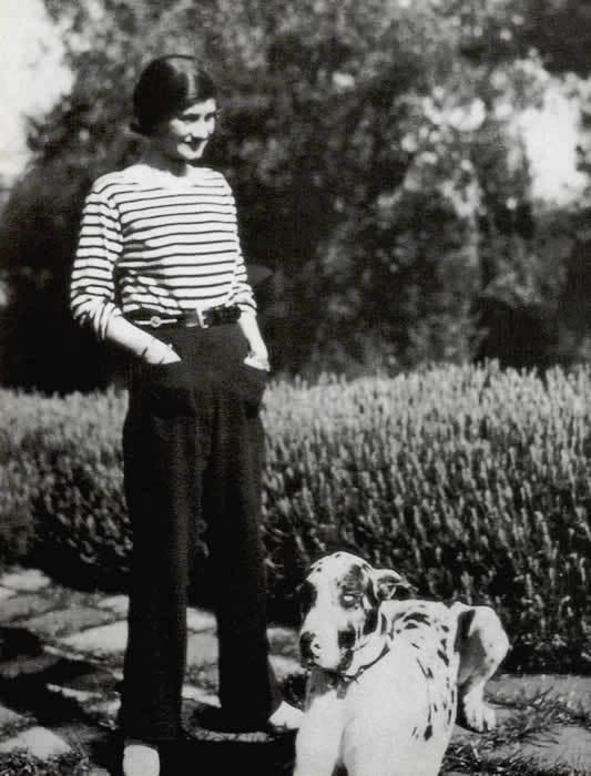 Gabrielle Chanel con pantalones y camiseta de rayas.