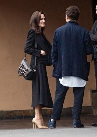 El bolso de Angelina Jolie es de Vitello de Demilune de Valentino