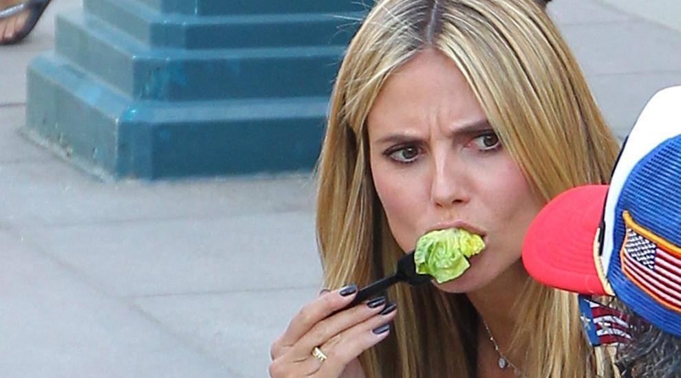 Heidi Klum comiendo ensalada. ¡Pincha en la foto para descubrir otros...
