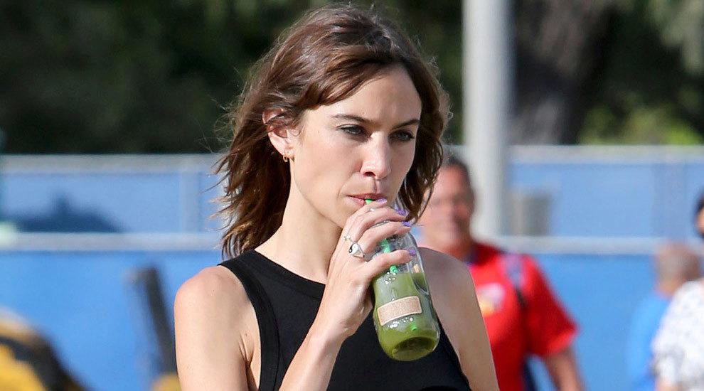 Alexa Chung bebiendo un batido verde detox con alimentos quemagrasas.