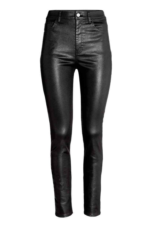 Pantalón efecto cuero de H&M (24,99 euros)