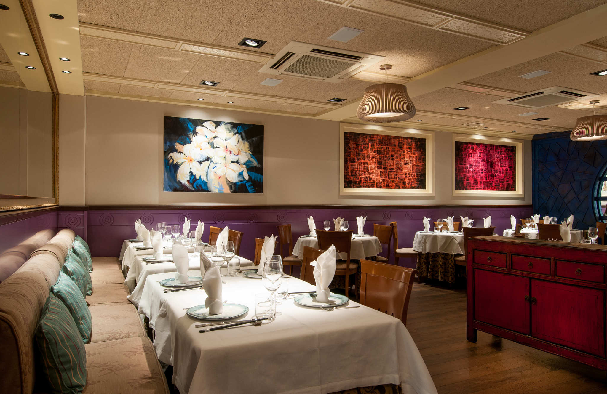 Sala de The One con los cuadros pintados por Dave Cheng.