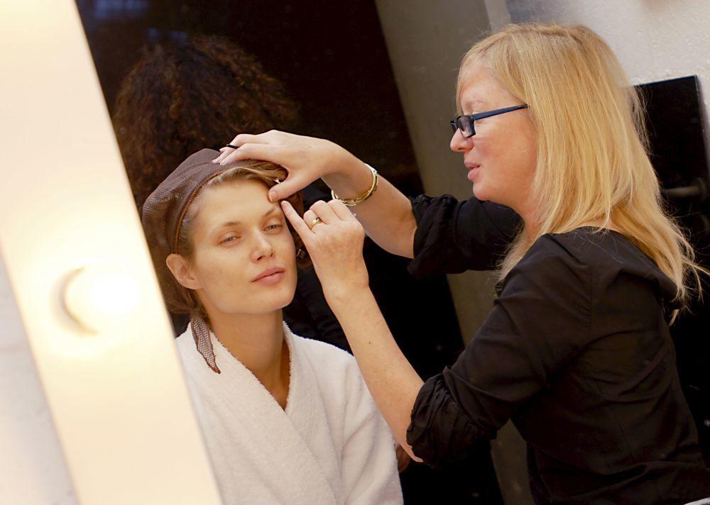 En plena sesión de maquillaje, Val Garland junto a la top Malgosia...