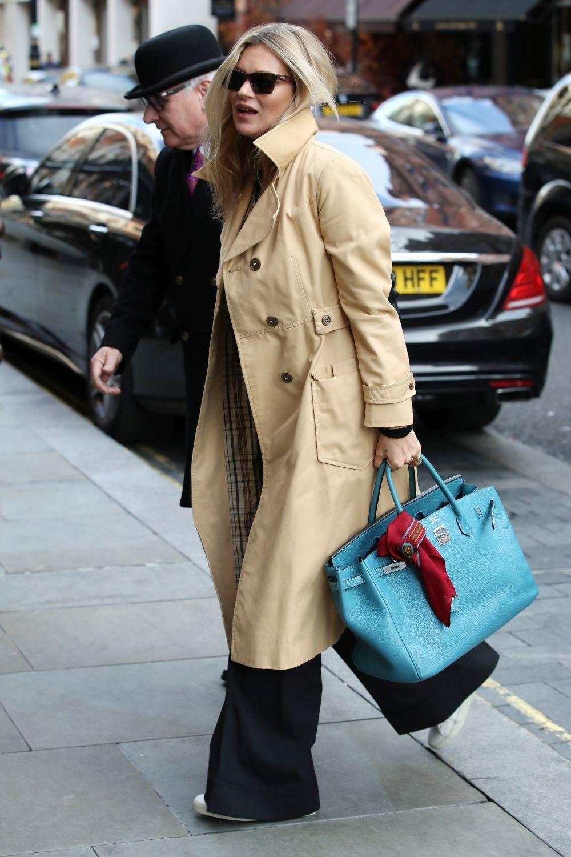 Kate Moss con el trench de la temporada.