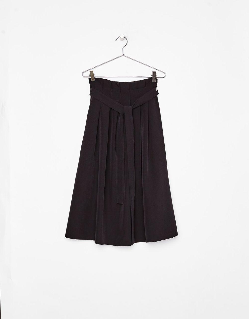 Falda midi de Bershka (24,99 euros)