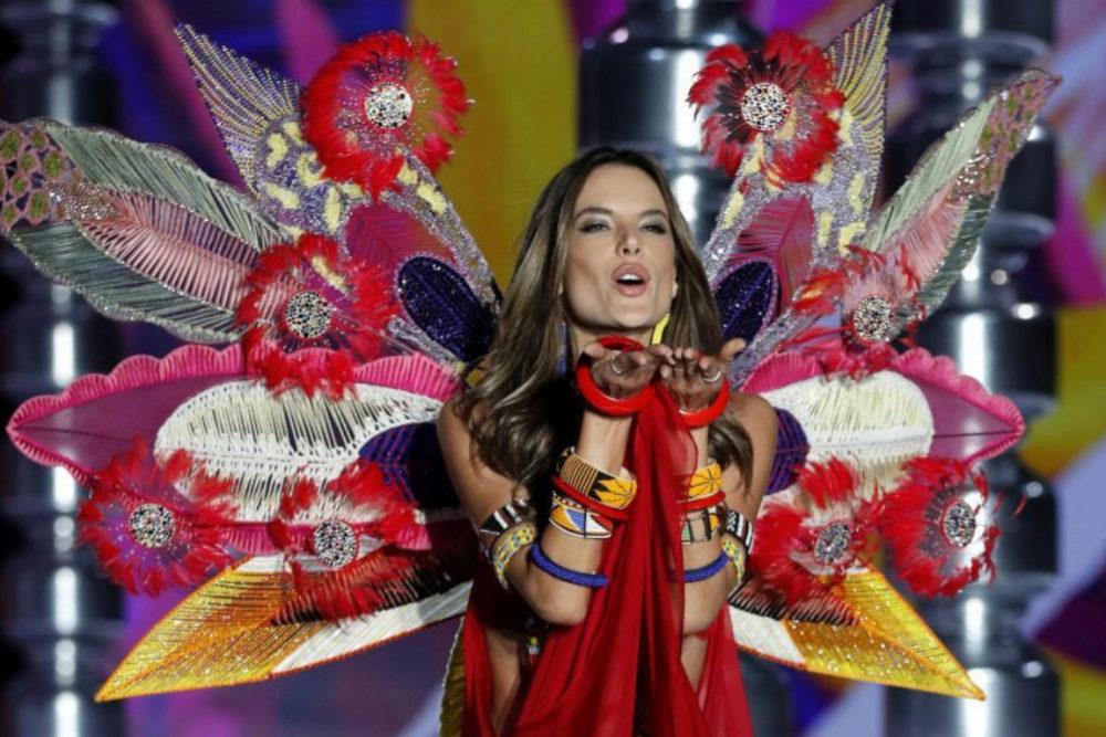 En un outfit con ecos tribales, Alessandra Ambrosio manda su mítico...