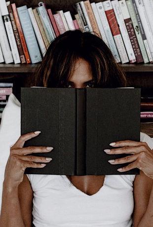 Halle Berry leyendo un libro