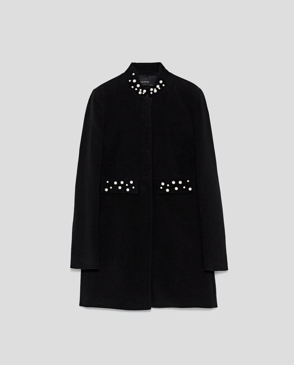 Levita negra con perlas de Zara (49,95 euros)