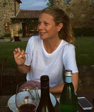 Gwyneth Paltrow disfrutando de un vaso de vino tinto y un trozo de...