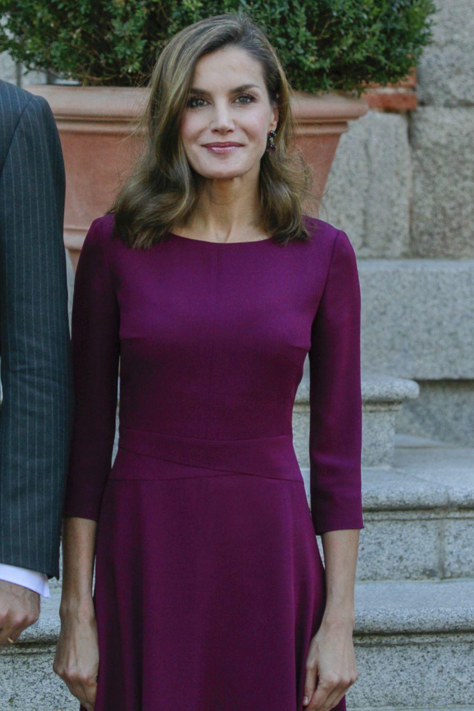 La Reina Letizia no duda en apostar por vestidos que enmarcan su...