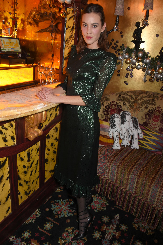 Alexa Chung con un vestido de fiesta.