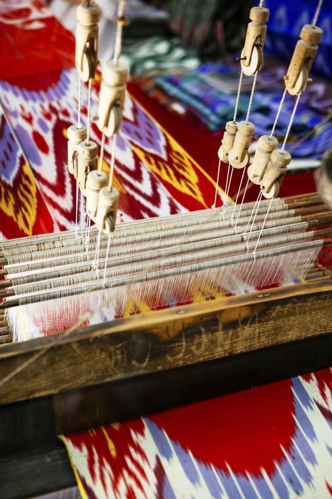 Telar de tienda de seda en el Centro artesano de Bujara.