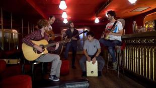 Los chicos de Taburete, durante la sesión de fotos en el bar...