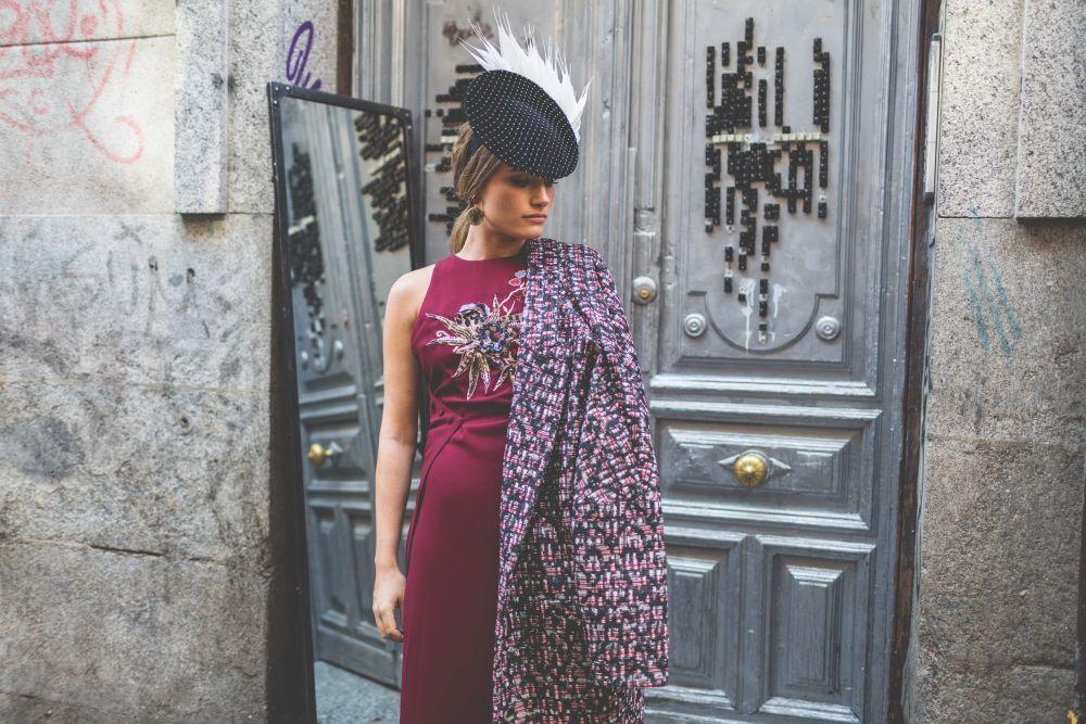Tocado. Mimoki; Vestido: Space por Mimoki; Abrigo: Magnolia Trendy por...