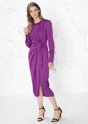 Vestido de seda drapeado en púrpura (99 euros).