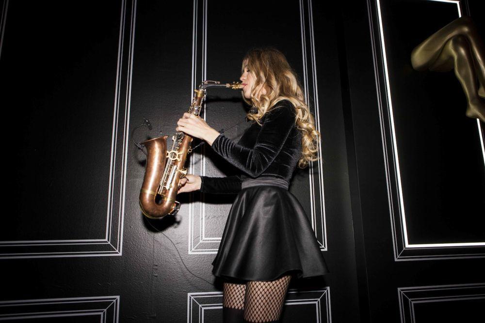 La saxofonista Anastasia McQueen en el evento del 25 Aniversario de...
