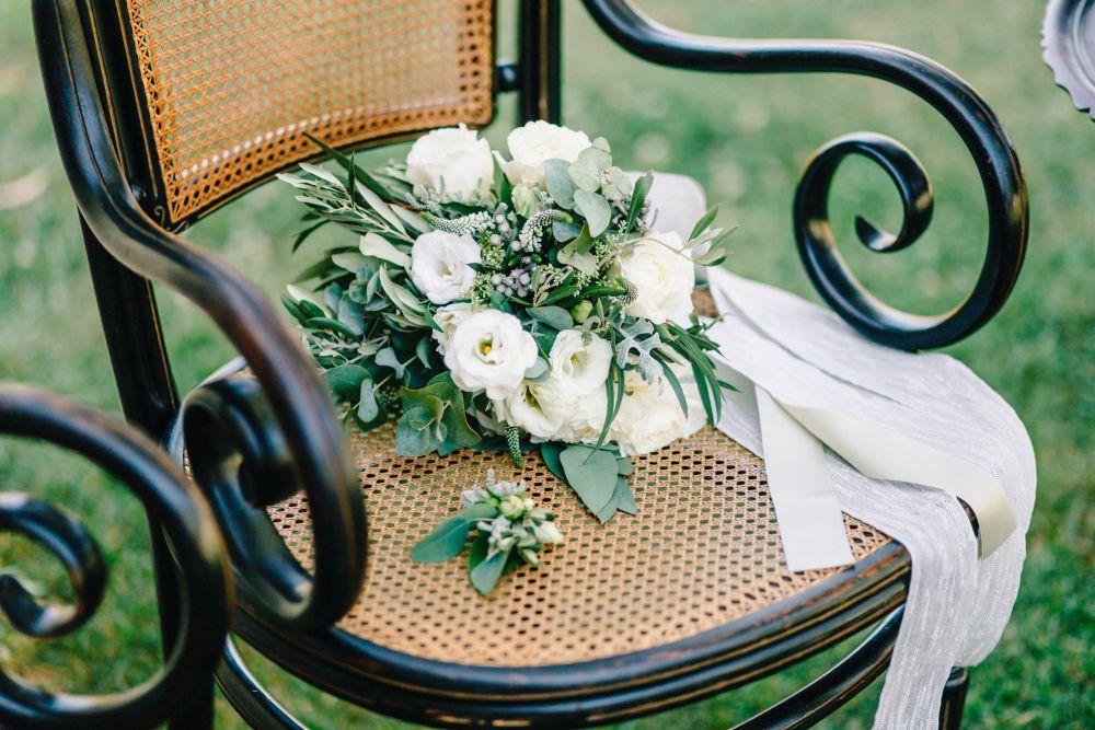 El ramo de novia estaba confeccionado a base de rosas blancas y toques...