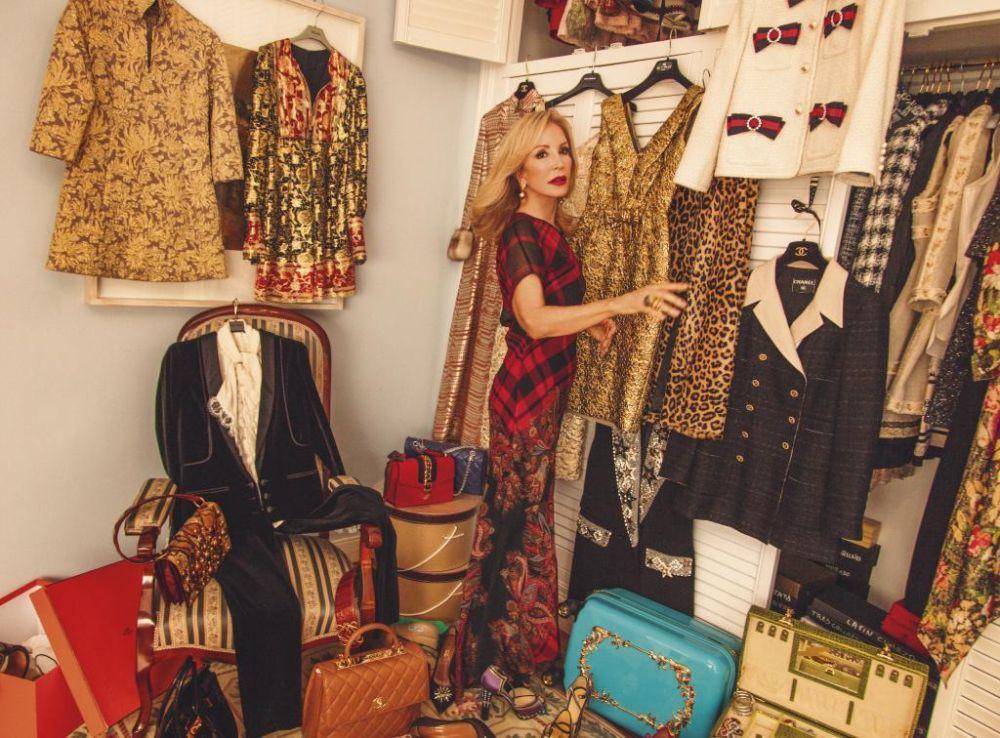 Carmen Lomana posa delante de algunas piezas favorita, como el traje...