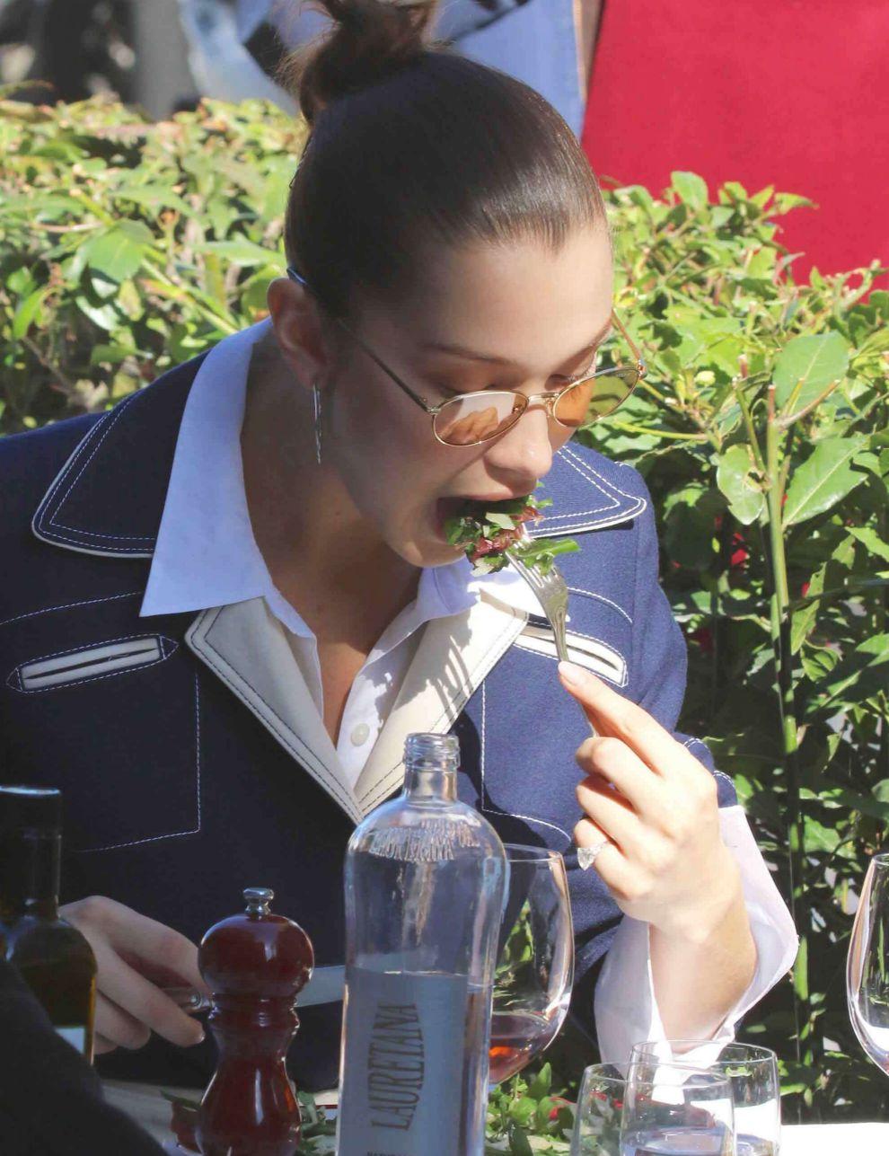 Bella Hadid comiendo una ensalada con hojas verdes y atún.
