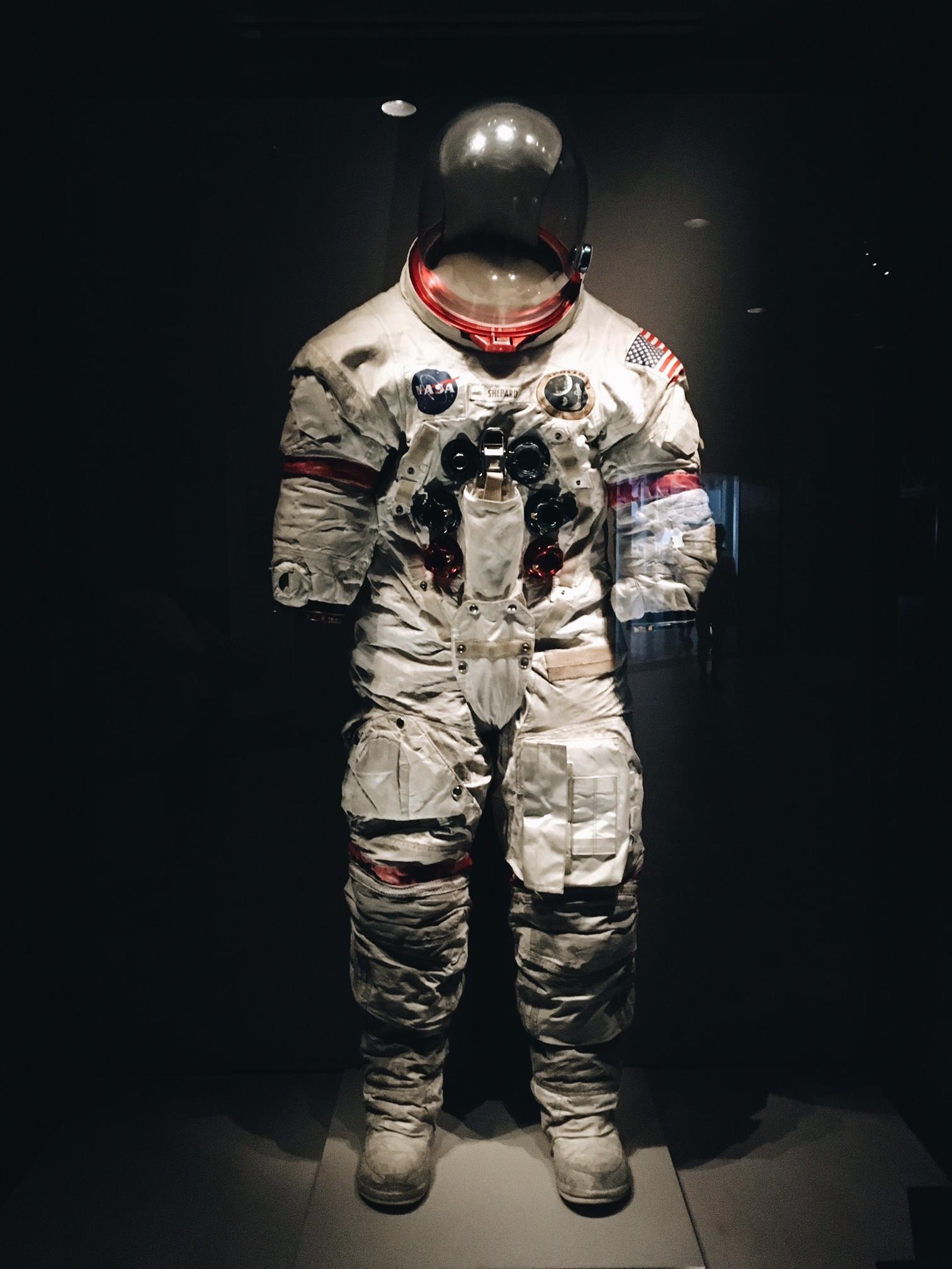 Alan Shepard fue el primer astronauta norteamericano en viajar al...