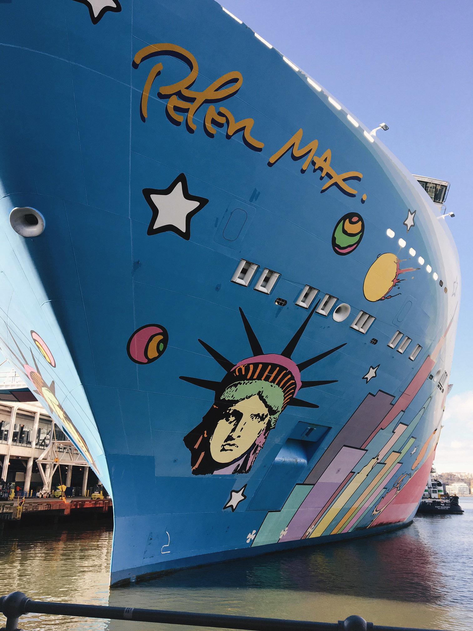 La obra de Peter Max ilustra el casco del barco y está presente en la...