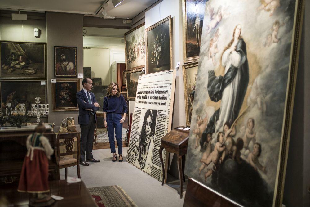 Jaime y Marieta en la sala de exposición junto a un cuadro de Jose...