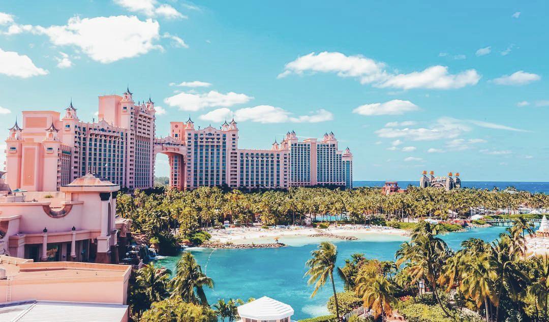 El Edificio Atlantis puede verse desde casi cualquier punto de la...