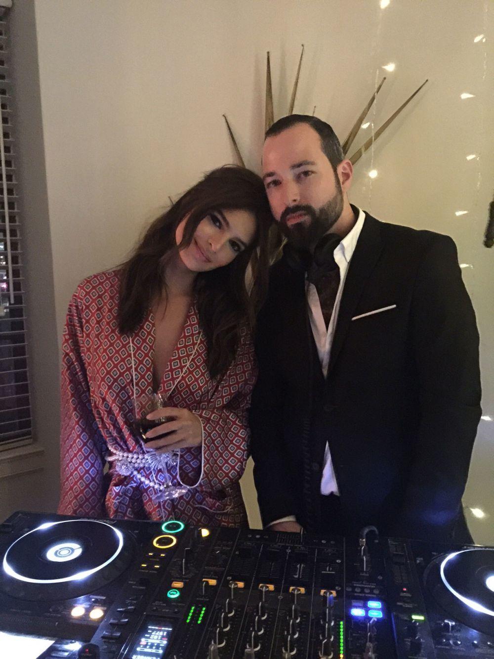 Emily junto al DJ.