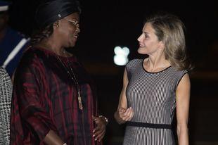 La reina Letizia ha sido recibida en Dakar por la primera dama...