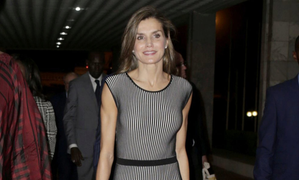 La reina ha optado por un vestido de punto ajustado con rayas en...