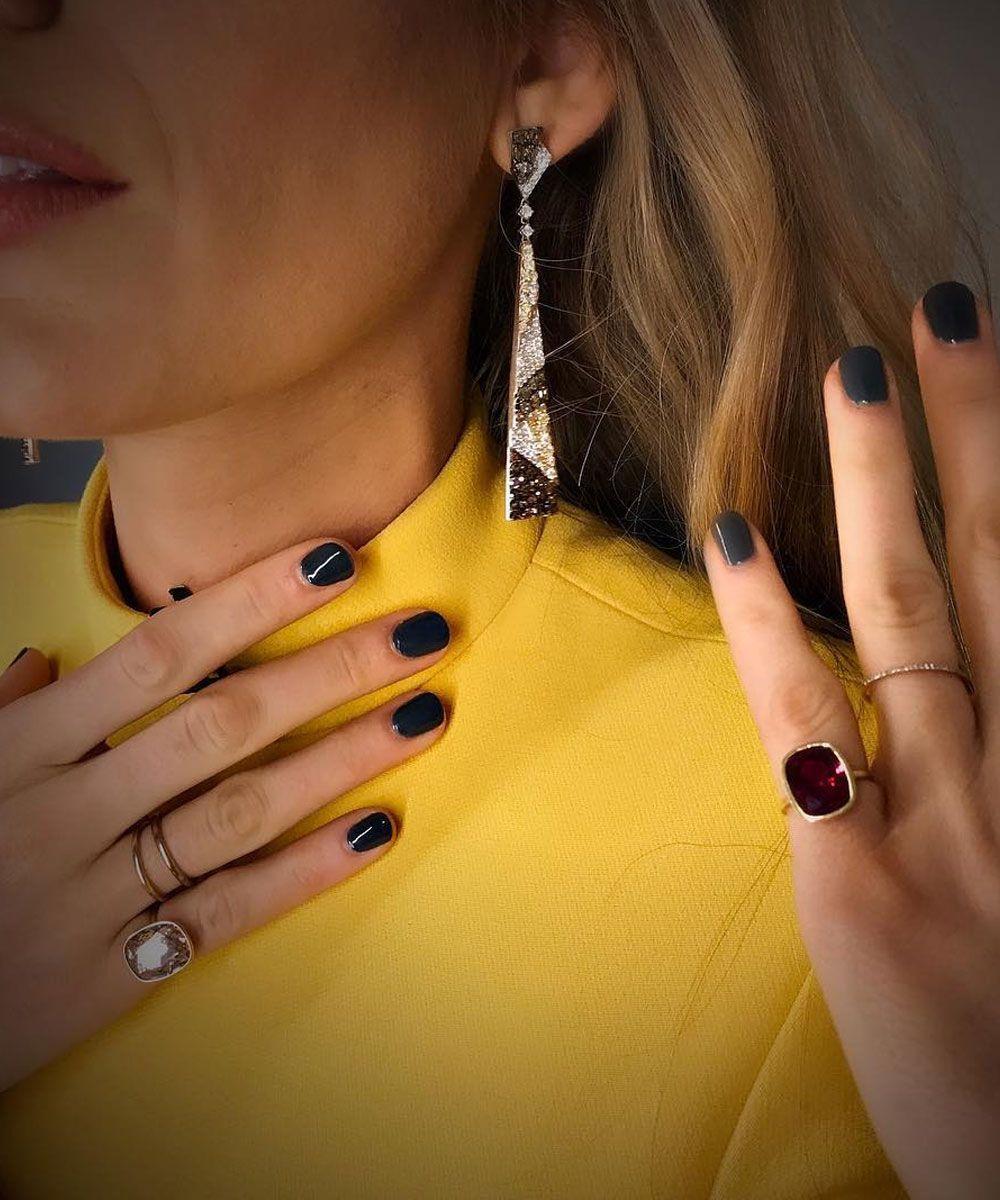 Para jugar a los contrastes con su vestido amarillo, Blake Lively...