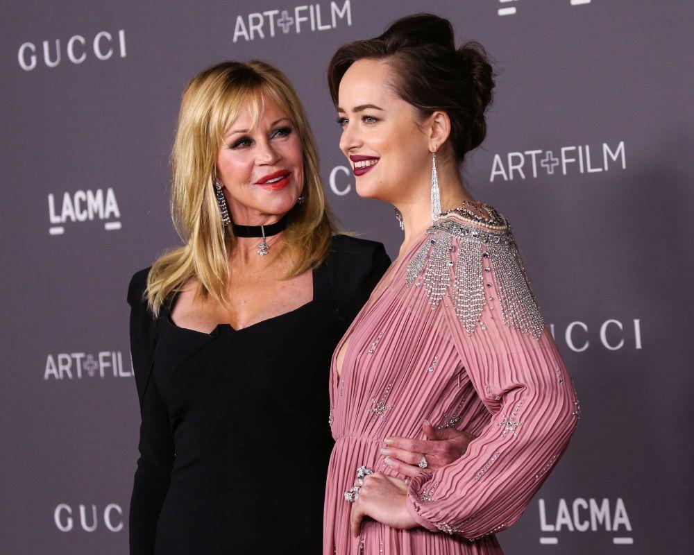 Dakota Johnson junto a su madre, la actriz Melanie Griffith.
