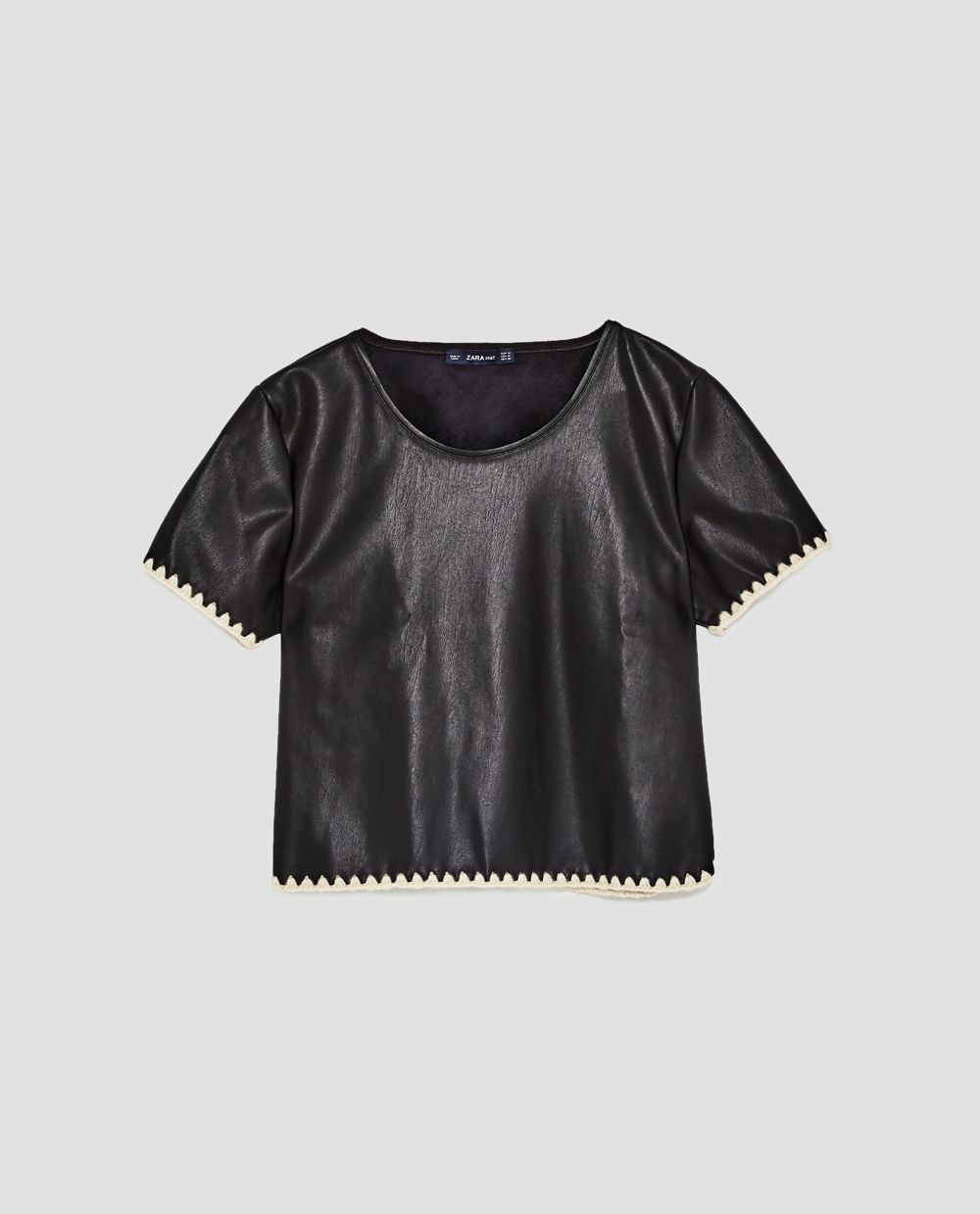 Top efecto piel de Zara (22,95 euros)