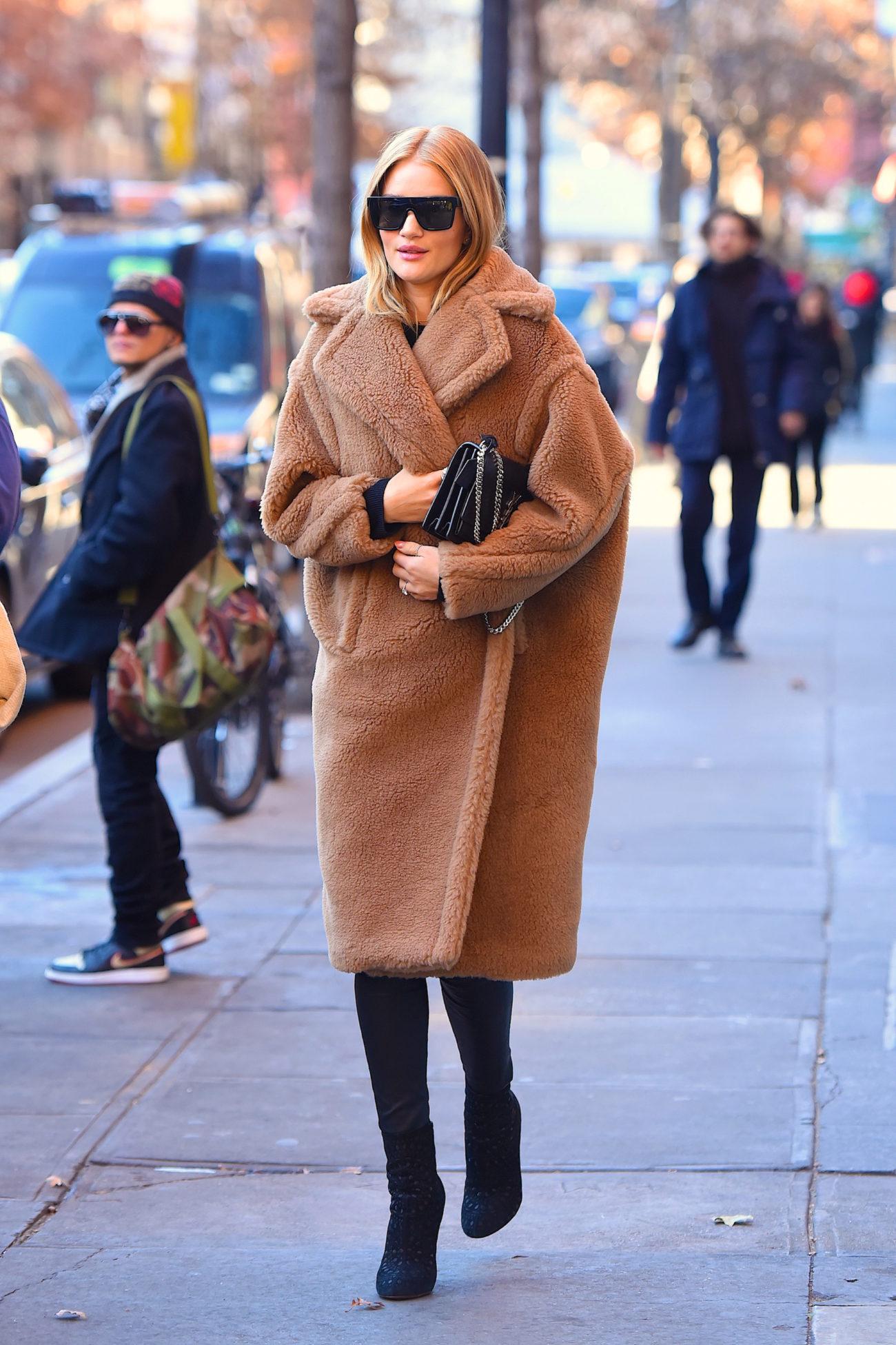 La modelo luce un abrigo oversize largo de color camel, ideal para...