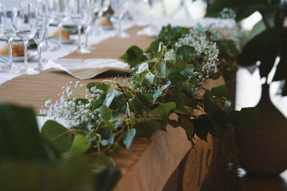 Toda la decoración del banquete fue de estilo tropical, con hojas...