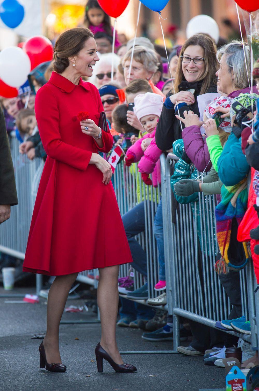 Kate Middleton en 2016 en Canadá vistiendo un abrigo de Carolina...