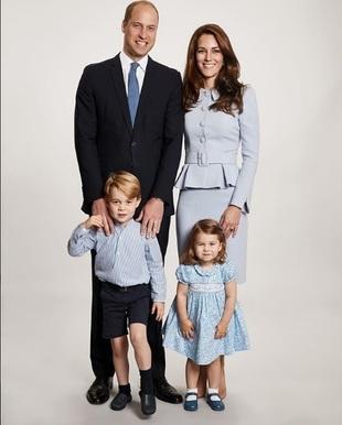 Sonrientes y de azul, así posan los duques de Cambridge en su...
