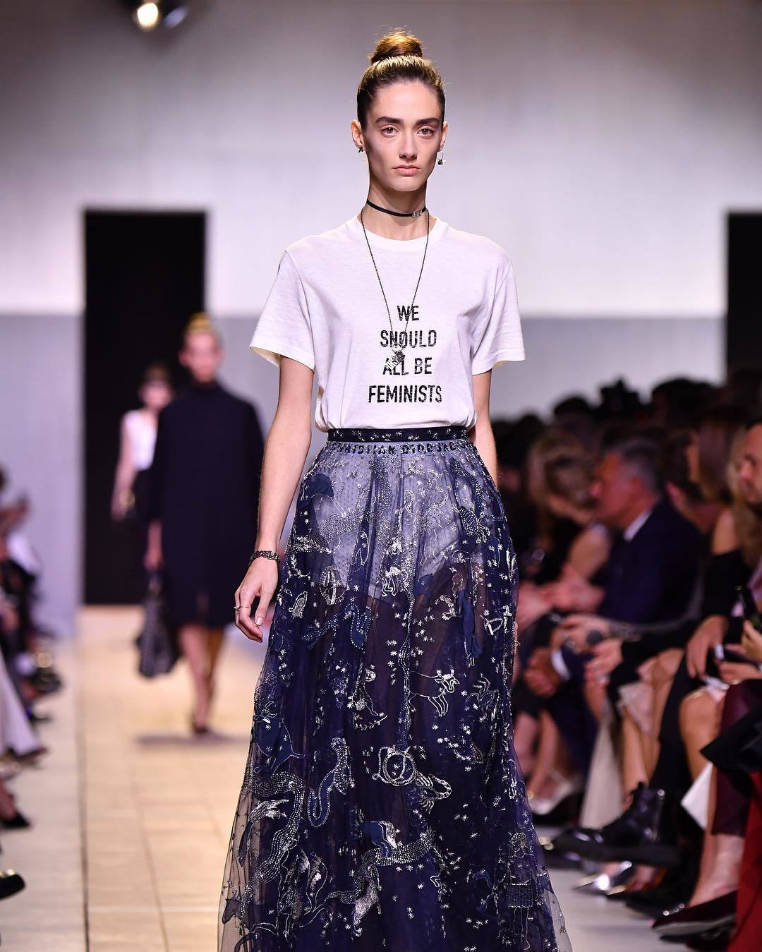We should all be feminists, se lee en una camiseta de la colección...