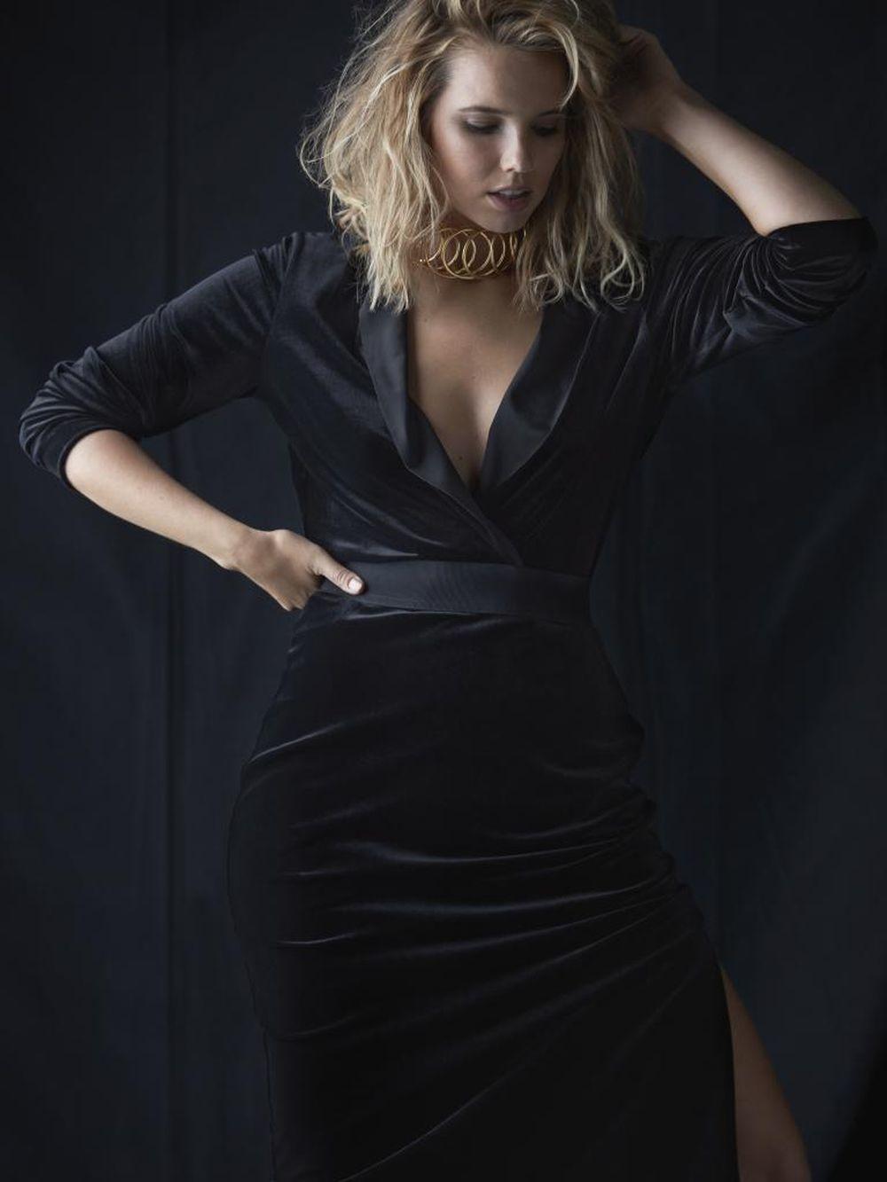 Bree con vestido entallado de terciopelo negro y solapas irisadas,...