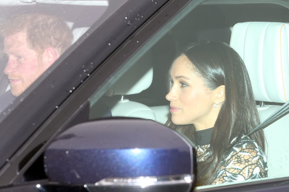 Meghan Markle llegando a la celebración, junto al príncipe Harry.