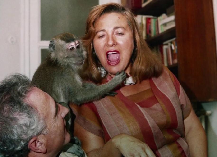 Julita con su mono. Nada en el título de la película es en sentido...