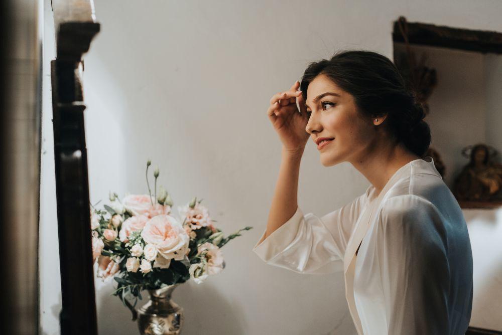 Para el maquillaje y el peinado la novia confió en Eva Pellejero, su...