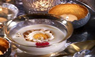 Crema de huevo con caviar, yema crujiente y tejas.