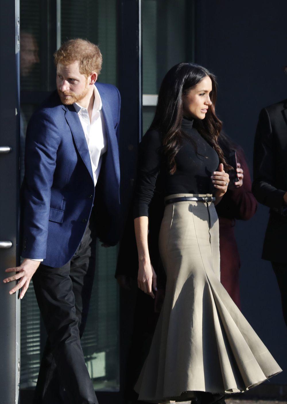 Meghan con la famosa falda que captó todas las miradas.