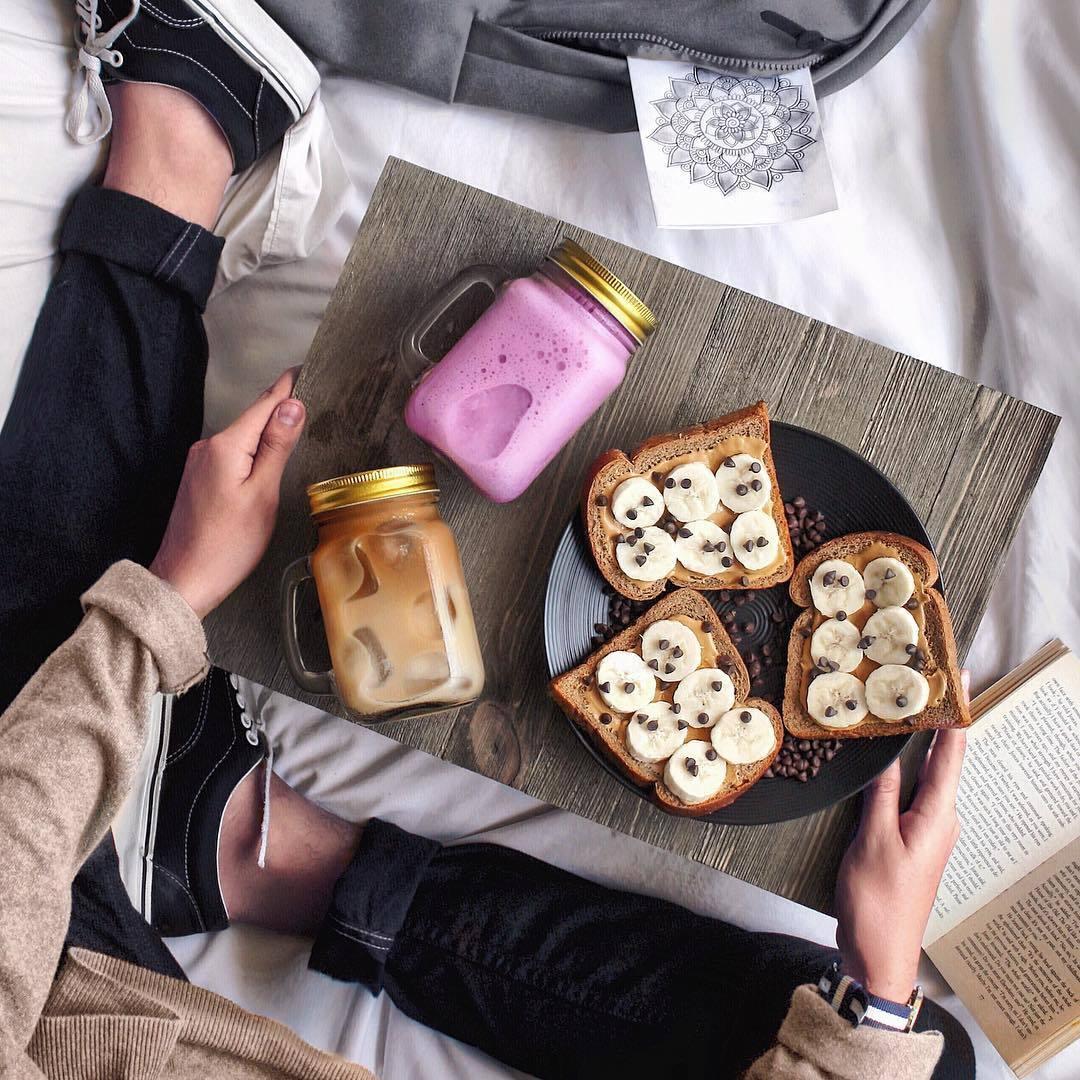 Rebanadas de pan con mantequilla de cacahuete, plátanos y chips de...