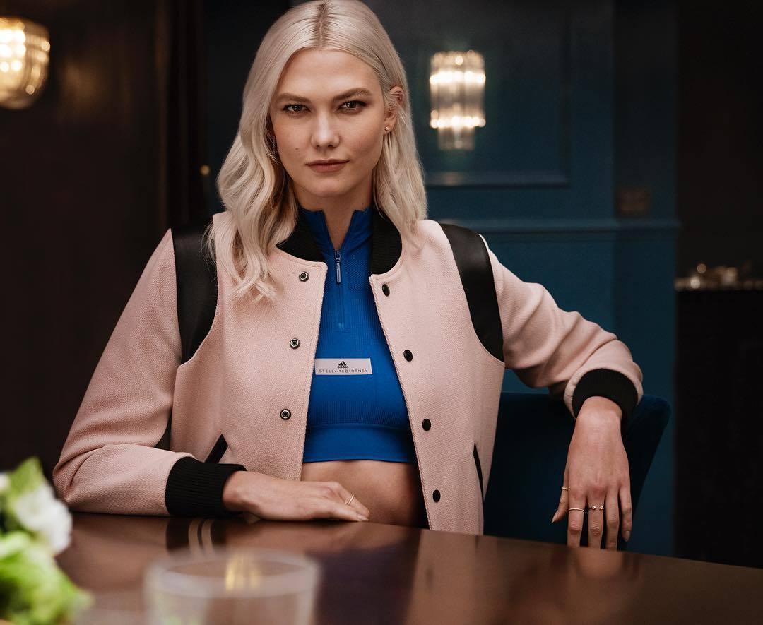 La modelo estadounidense Karlie Kloss apuesta por tonos perla para su...