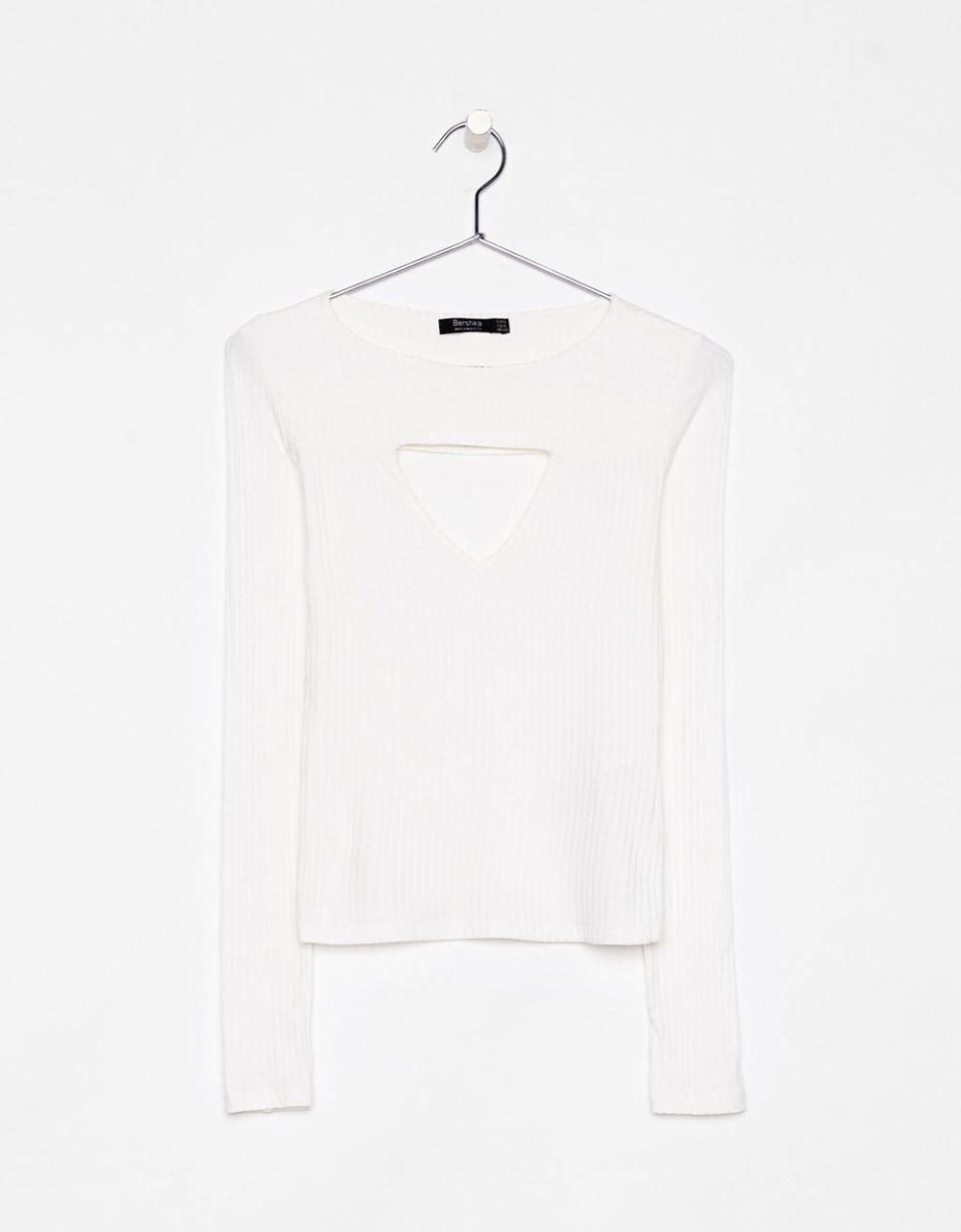 Camiseta con detalle en el escote de Bershka (12,99 euros)